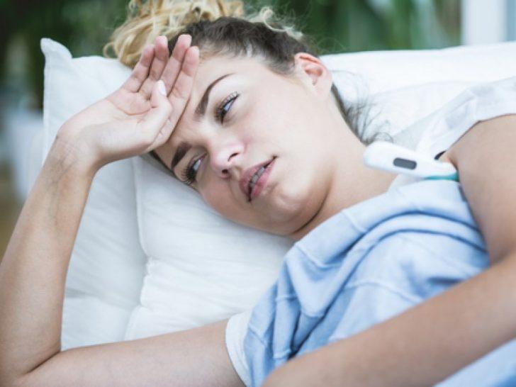 Женщина меряет температуру