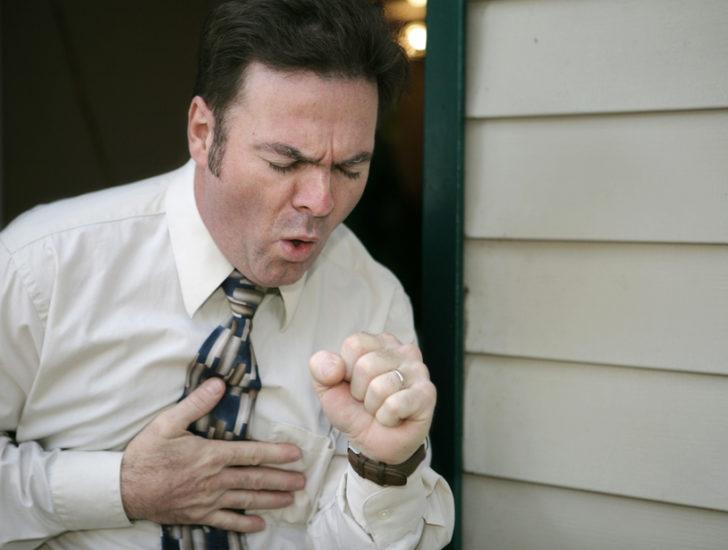 Сильный кашель у человека с простудой