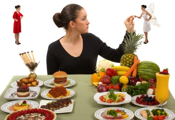 Женщина выбирает между вредным и полезным питанием