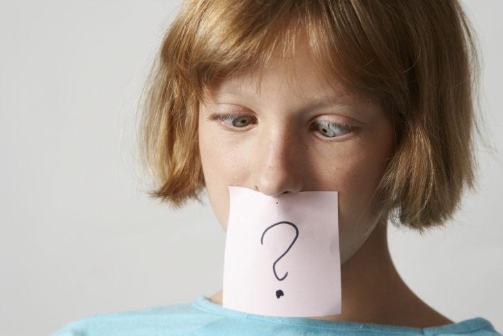 Женщина со знаком вопроса на листке