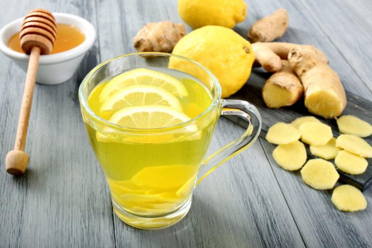 Имбирь, лимон и настой в чашке