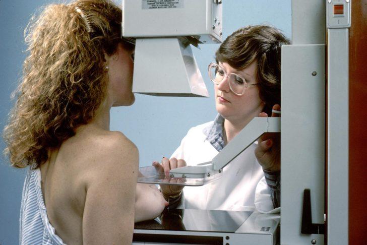Врач готовит пациентку к маммографии