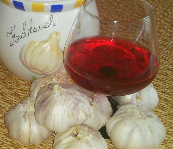 Чеснок и красное вино в бокале