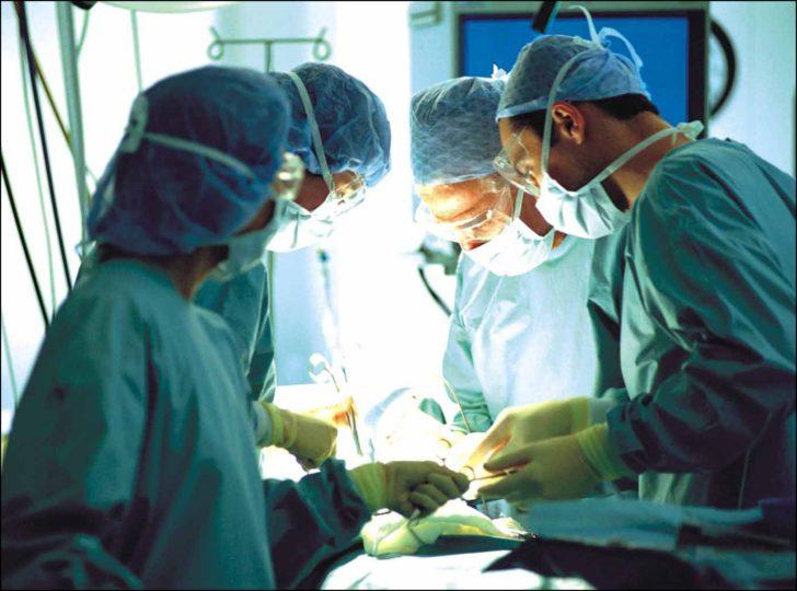 Хирурги во время операции