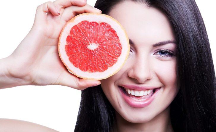 Женщина с грейпфрутом