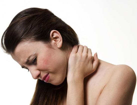 Боль в шее у девушки