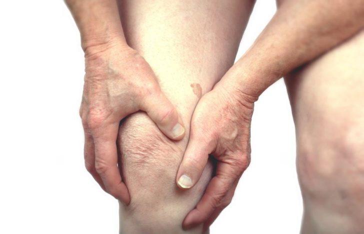 Мужчина держится за больное колено