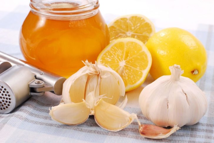 Чеснок, лимоны и мёд на столе