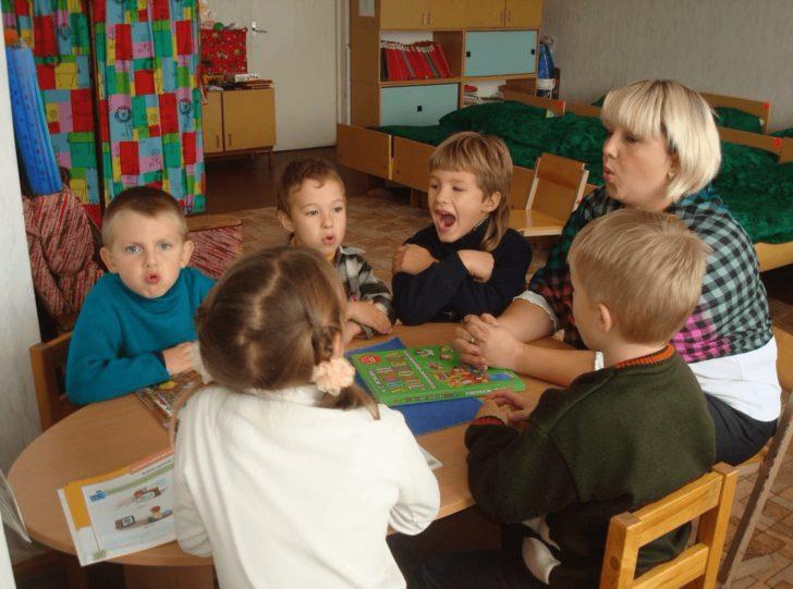Дети на занятии с логопедом