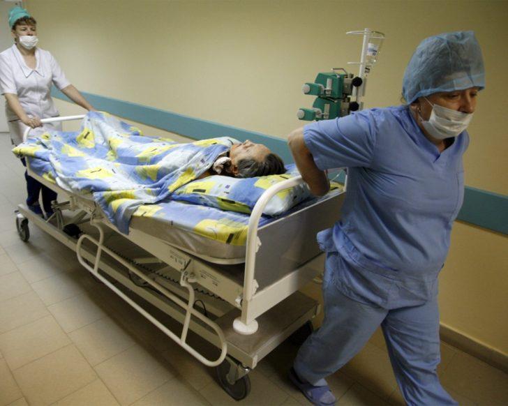Транспортировка больного ящуром на больничной кровати