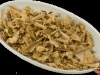 Высушенные корни шиповника в миске