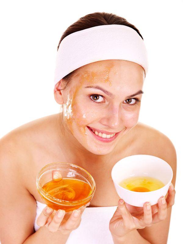 Девушка делает маску из персикового масла