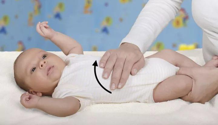 Ребёнку делают массаж живота