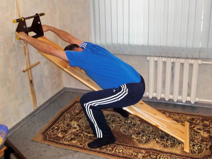 Вытяжение спины дома при помощи наклонной поверхности