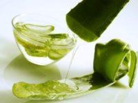 Разрезанный лист алоэ и сок из него