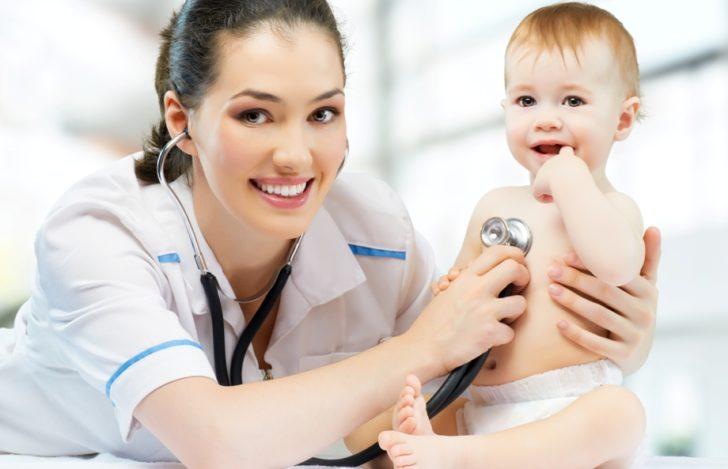Педиатр слушает малыша