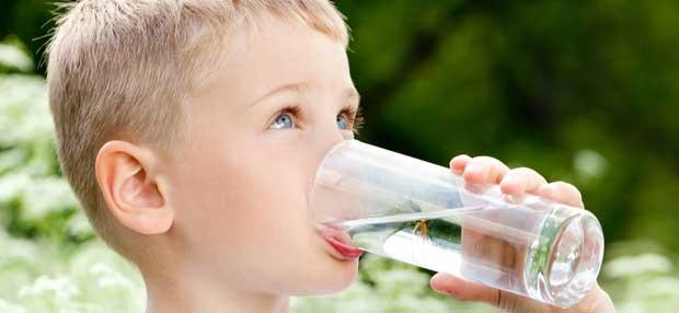 Мальчик пьёт воду из стакана