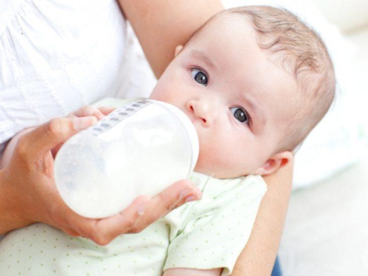 Малыш пьёт смесь из бутылочки