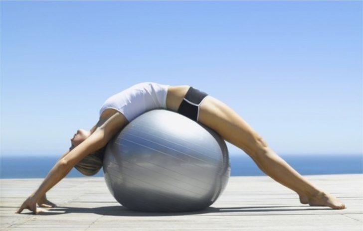 Лежащая на фитболе девушка