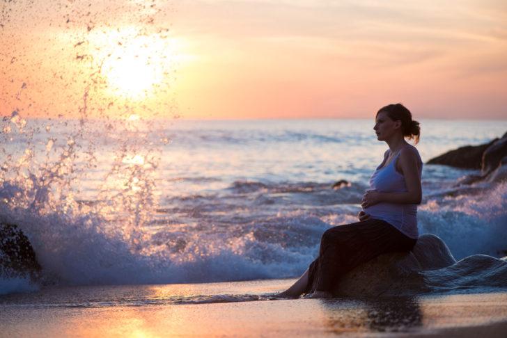 Беременная женщина у моря