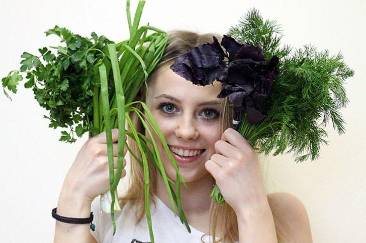 Девушка с пряными травами