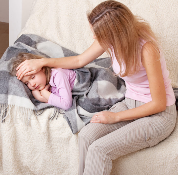 Больной ребёнок и мама ждут врача