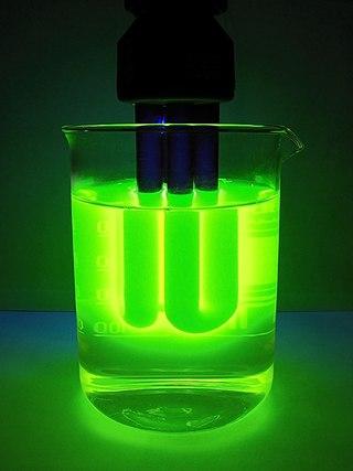 Зелёное свечение синей лампы в растворе флуоресцеина натрия