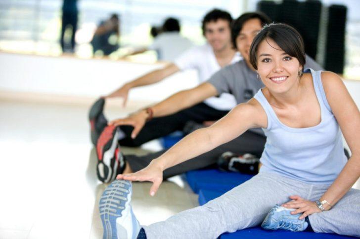 Группа выполняет изометрические упражнения