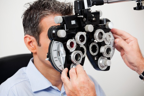 Мужчина с фороптером у глаз