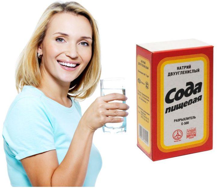 Пищевая сода и женщина со стаканом воды