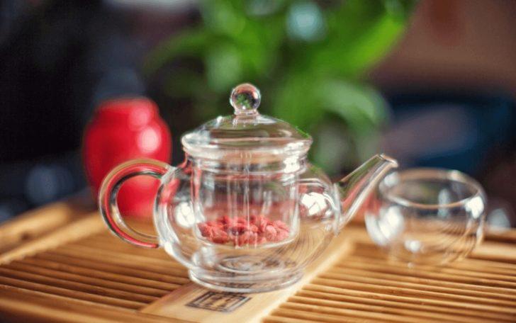 Прозрачный чайник с ягодами барбариса