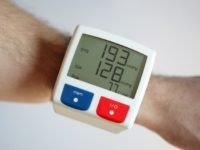 Высокие цифры артериального давления на экране электронного тонометра