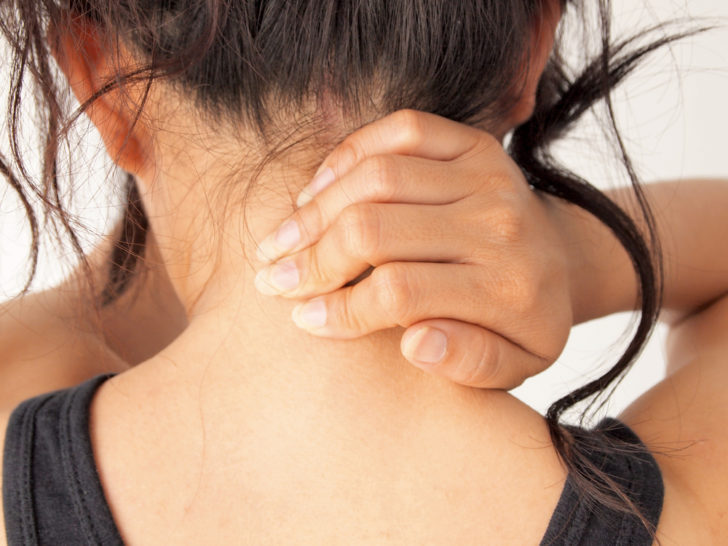Женщина держится за шею