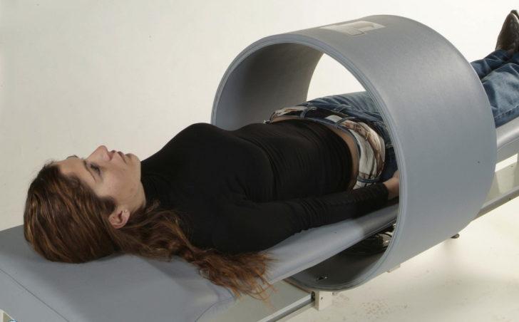 Девушка на сеансе магнитотерапии