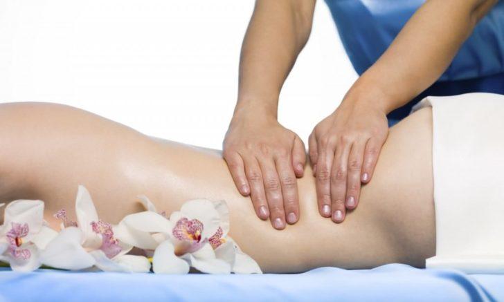 Специалист делает массаж поясничной области