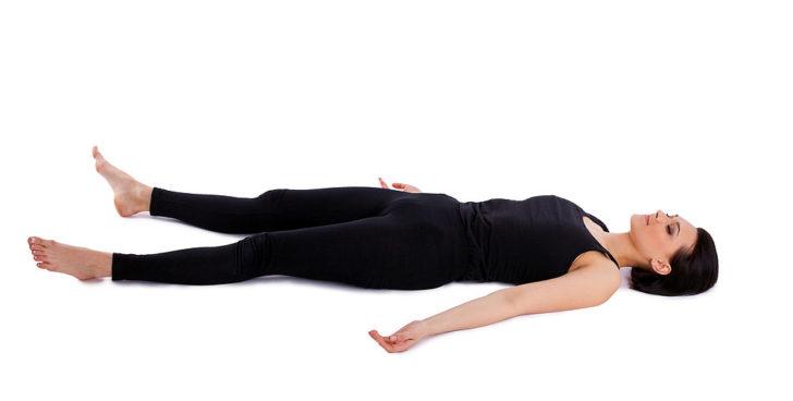 Женщина лежит на спине