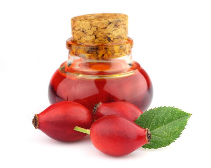 Плоды шиповника и настойка в баночке