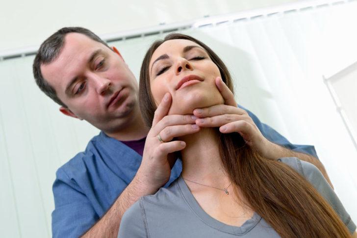 Доктор Шишонин помогает выполнить упражнение