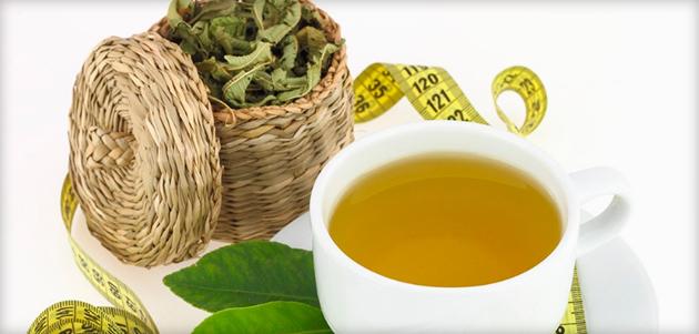 Отвар в чашке и листья сенны в плетёнке
