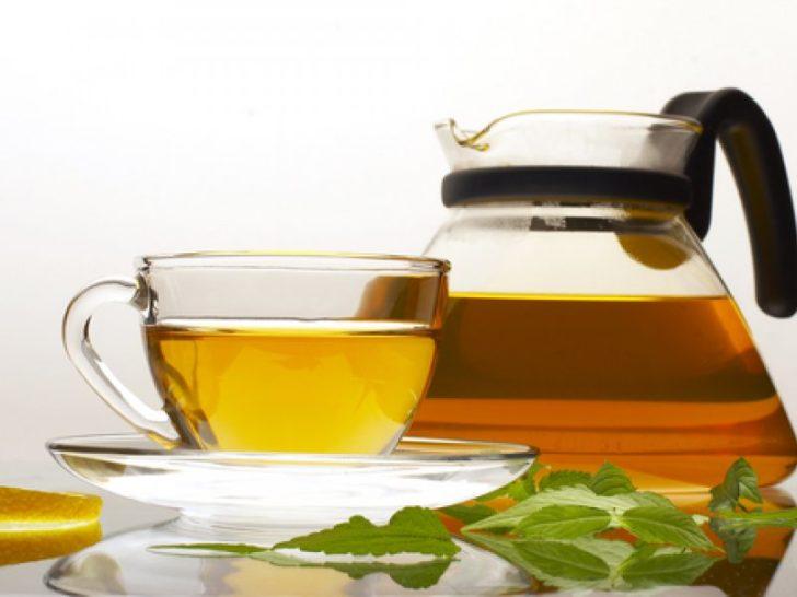Травяной настой в чайнике и чашке