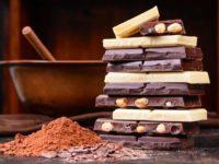 Куски шоколада на столе