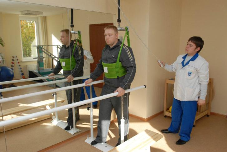 Мужчина выполняет упражнение под контролем реабилитолога