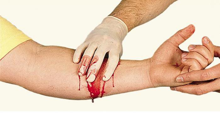 Врач останавливает кровотечение