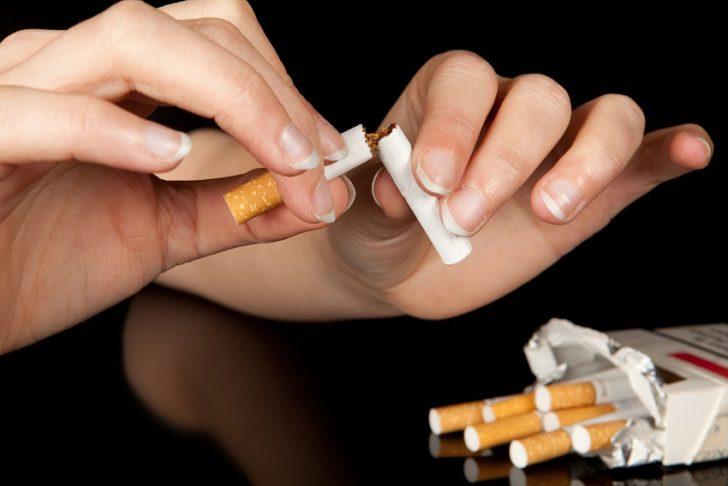 Девушка ломает сигарету
