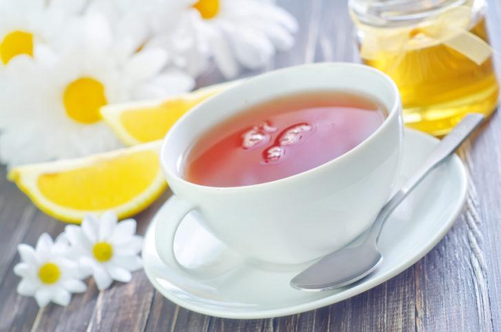 Чашка ромашкового чая и мёд