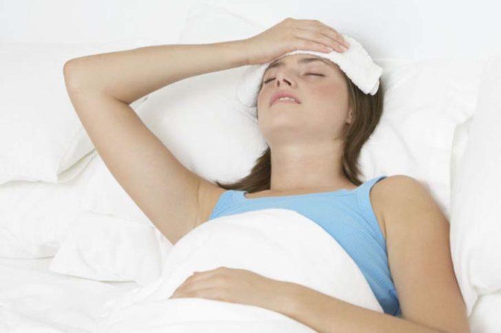 Женщина с компрессом на голове