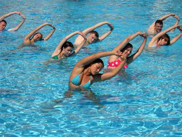 Группа выполняет наклоны в воде