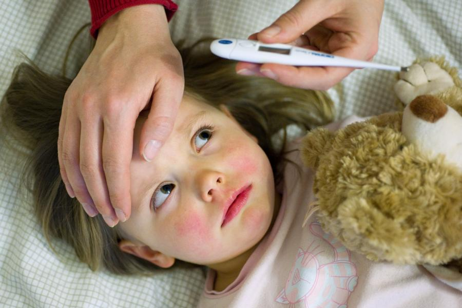 Перед тем, как сбивать температуру, убедитесь, что ребенок не хочет пить, и ему не слишком жарко.