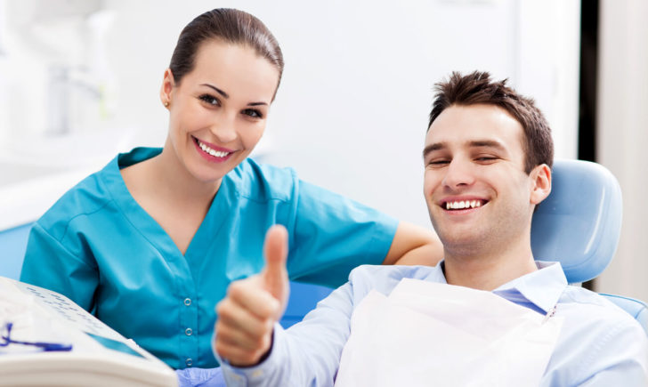 Мужчина в кресле стоматолога