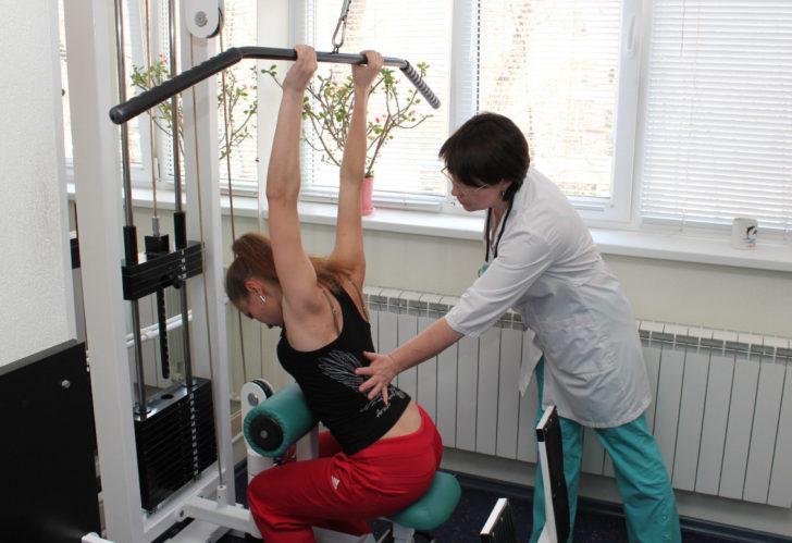 Женщина занимается на тренажёре С.М. Бубновского